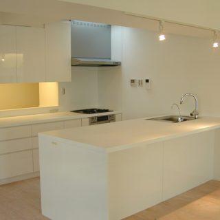 白で統一されたリビングダイニングキッチン